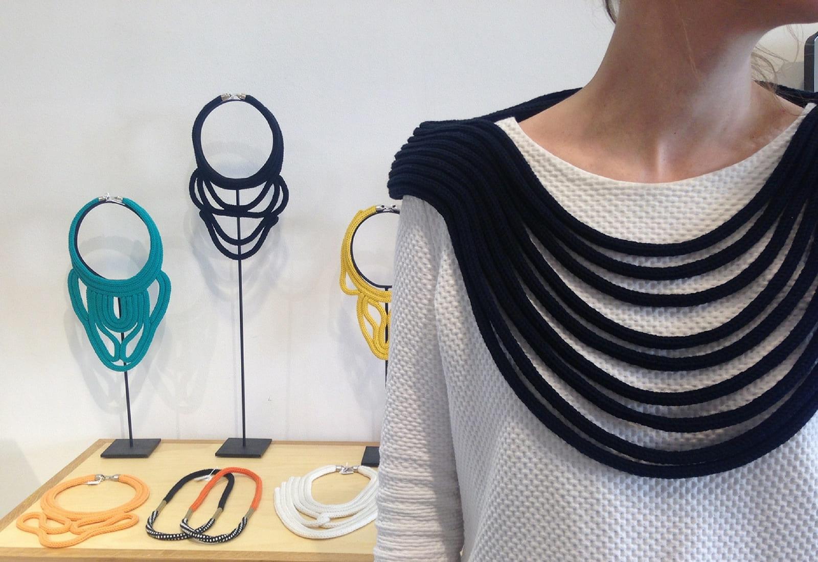 Un plastro en tricotin passant de la poitrine aux épaules.